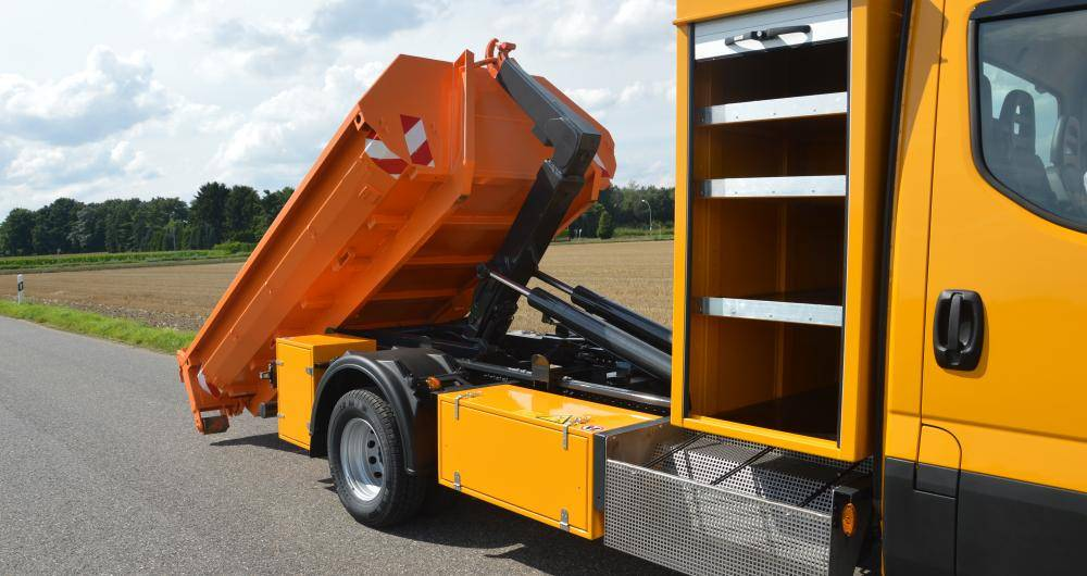 Equipment roll-off tipper